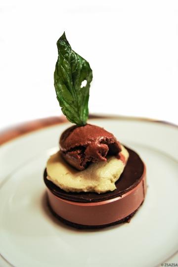 Acrobatie de chocolat basilic : streuzel praliné pignon chocolat, panna cotta chocolat guanaja, disque de chocolat, chibouste basilic, glace chocolat basilic